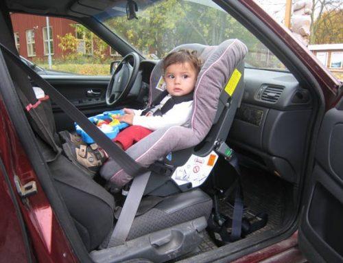 Instalarea scaunului auto pentru copii pe locul din față